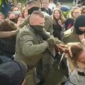 Miért kezdtek elmenekülni a tüntető asszonyok elől a belorusz rendőrök?