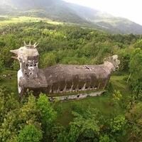 Az óriás csirkeház rejtélye, Indonéziában