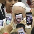 Beszólt Ferenc pápa a Facebooknak és társainak