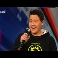 A 14 éves Giorgos Ioannou énekel a mamáknak