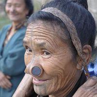 Lányrablások ellen fekete korong - Apatani törzs, India
