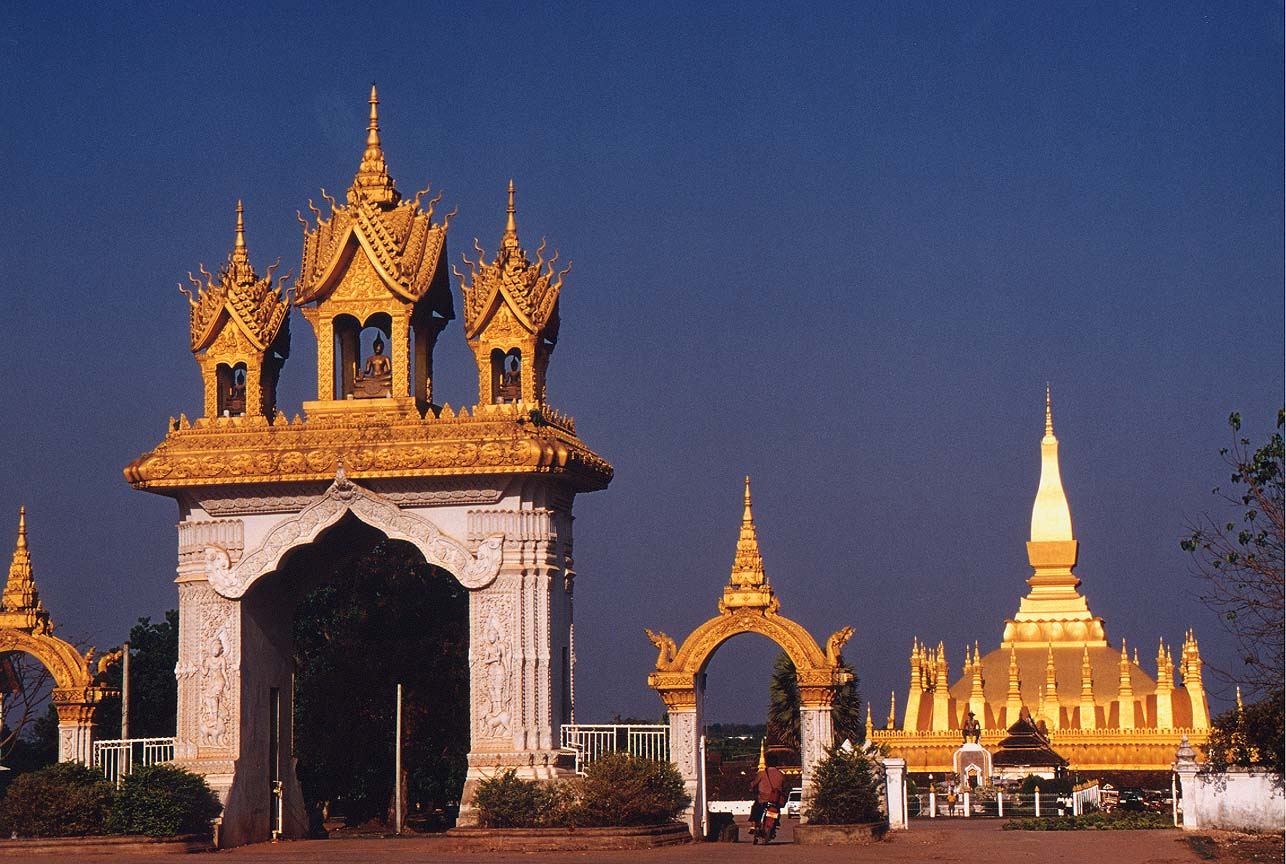vientiane - stupa.jpg