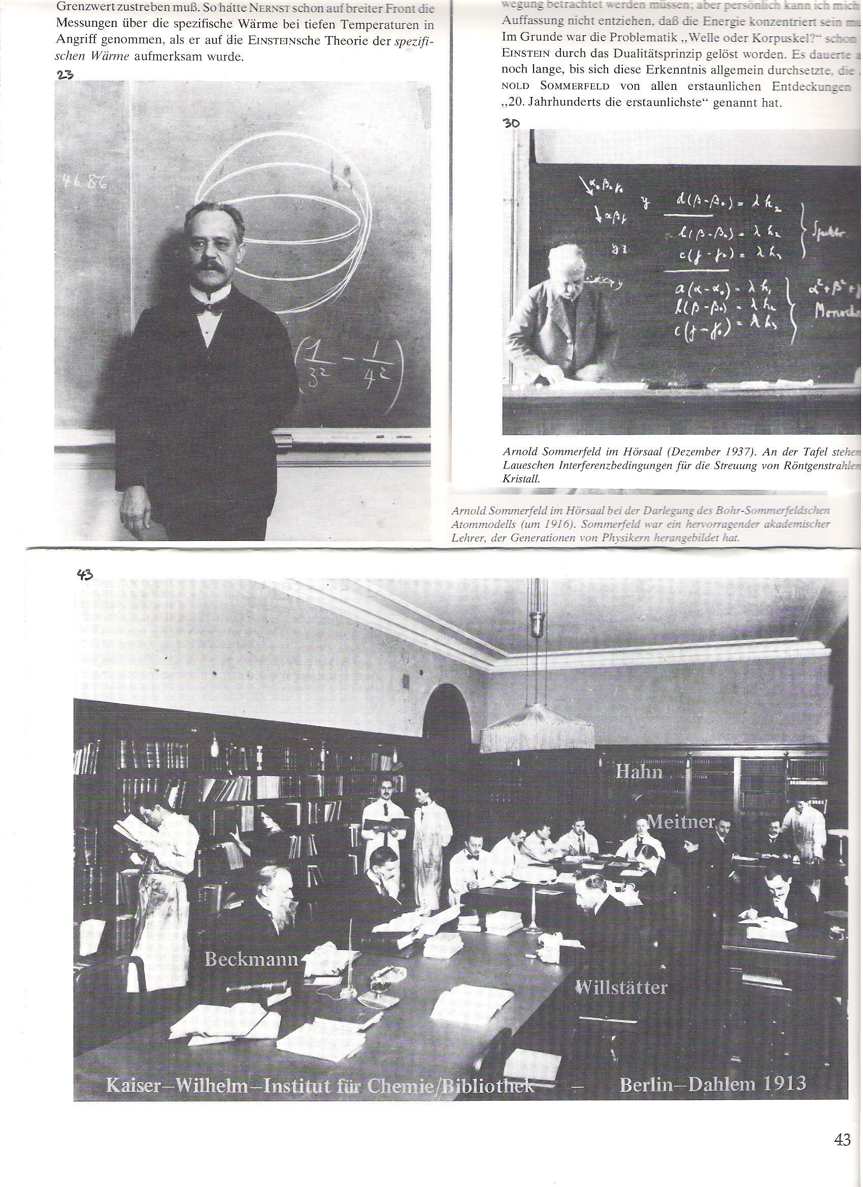 """23<br />Arnold Sommerfeld egy előadó teremben, a Bohr-Sommerfeld-atommodell előadásánál, 1916 táján.<br /><br />30<br />Sommerfeld egy előadó teremben  1937 decemberében.  A táblán a Laue-féle interferencafeltételek, Röntgen-sugarak kristályrácson való elhajlásakor.<br /><br />43<br />A Kaiser Wilhelm Kémiai Intézet könyvtára, 1913. Láthatók az igazgatók Otto Beckmann és Richard Willstätter (elől), a kis """"radioaktív részleg"""" vezetője Otto Hahn munkatársnőjével, Lise Meitnerrel ( a háttérben jobbról)."""