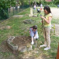 Játszóterünk takarításában, szépítésében segítettünk!