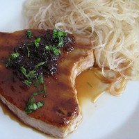 Grillezett tonhalsteak csípős gyömbérszósszal és üvegtésztával (VKF! #12)