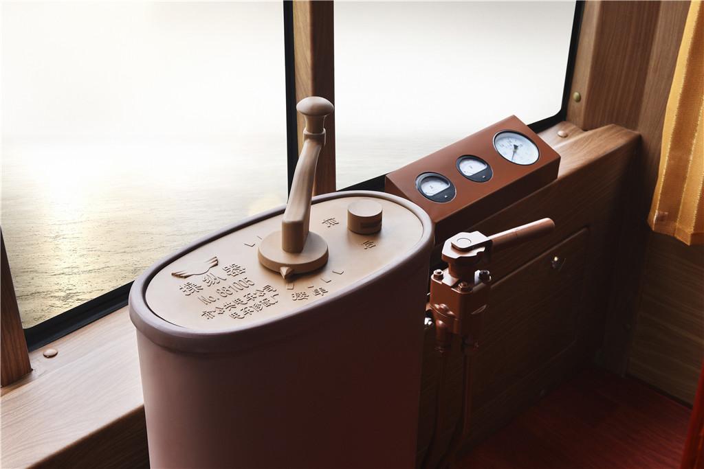 A hátsó ablakba szerelt kontroller imitáció. A műszerek mutatják a légrendszer nyomását például.