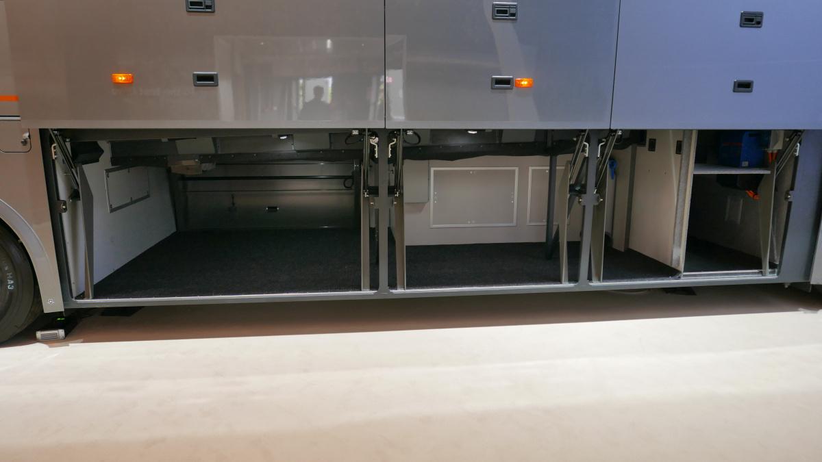 Volvo 9900. A csomagokat az ajtókat tartó mechanikától műanyag elemek védik.