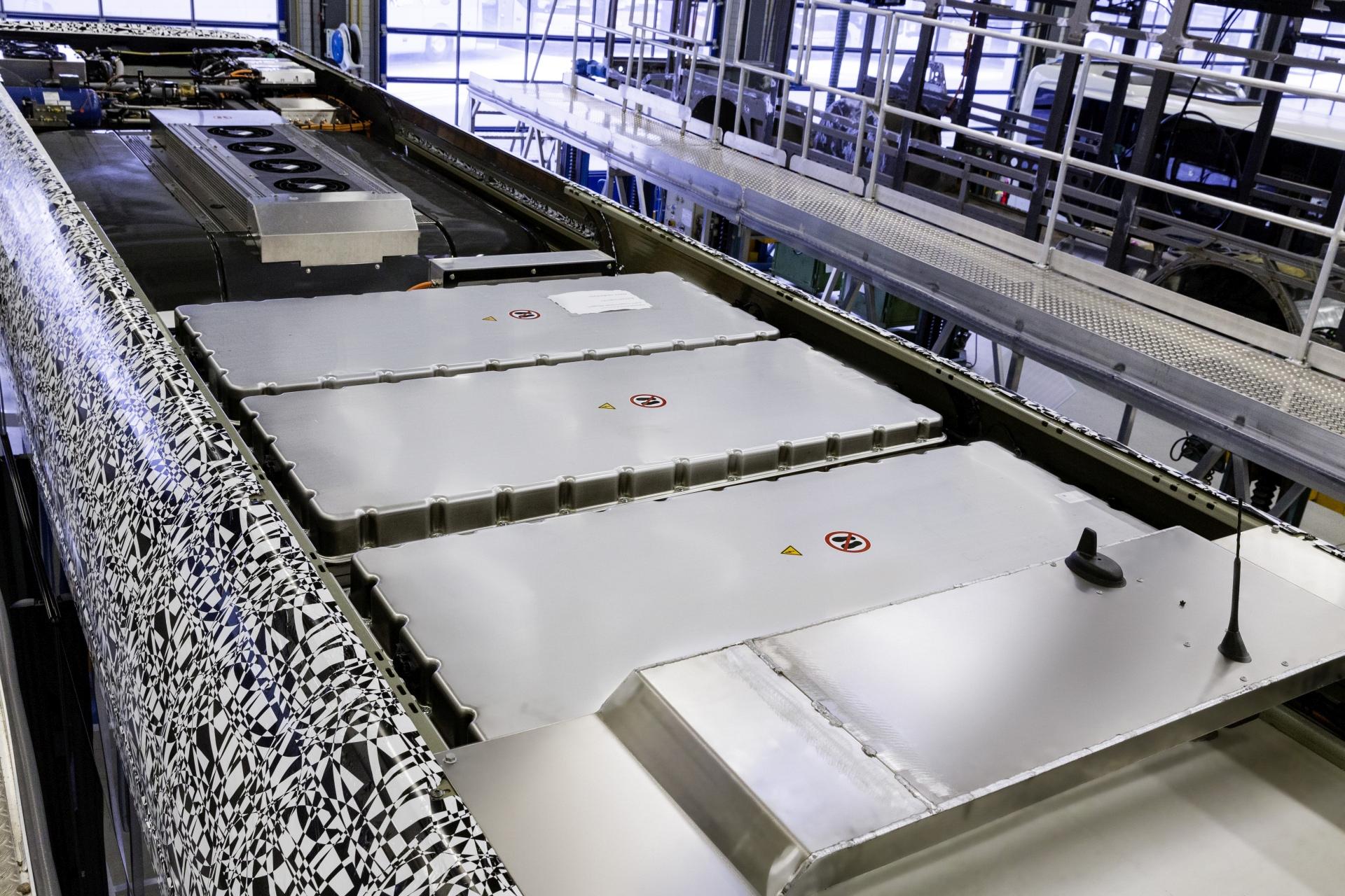A tetőn elhelyezett akkumulátor blokkok, mögötte a hőszivattyús utastéri klíma (Kép: Daimler)