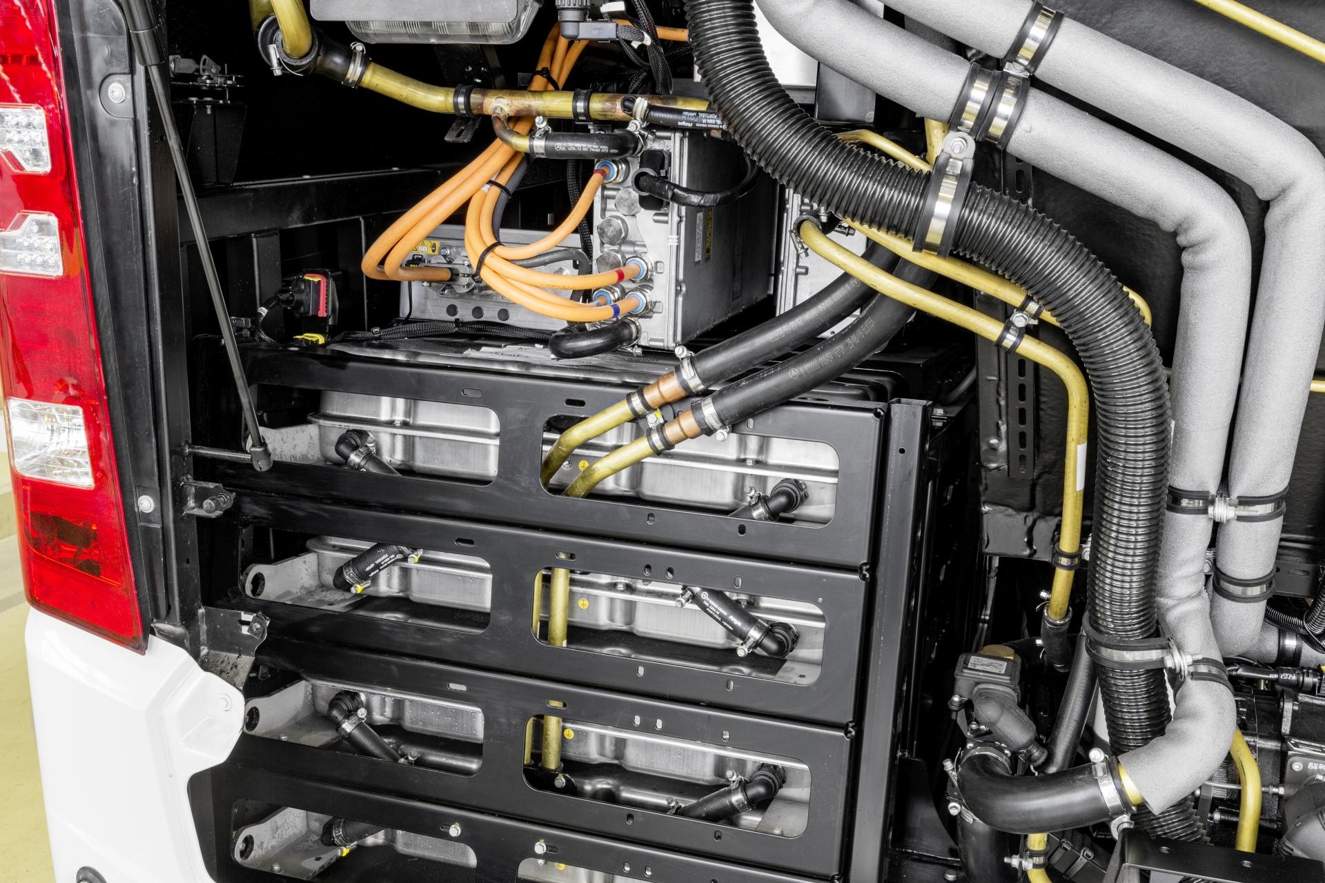 A motortérben elhelyezett akkumulátor blokkok. (Kép: Daimler)