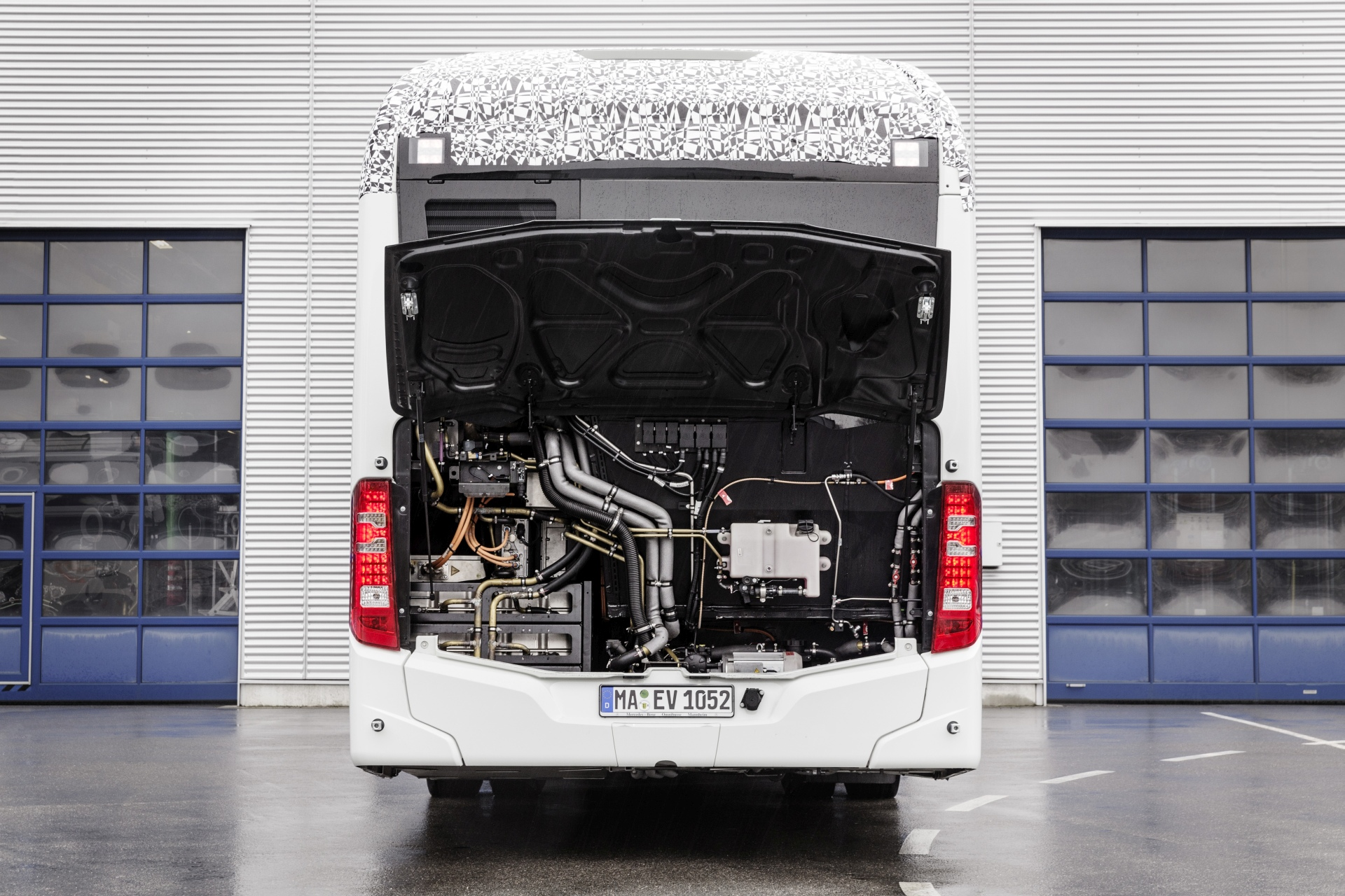 A dízelmotor helyén akkumulátorok, jobbra pedig az elektromos hajtású légsűrítő és a kisegítő fűtés. (Kép: Daimler)