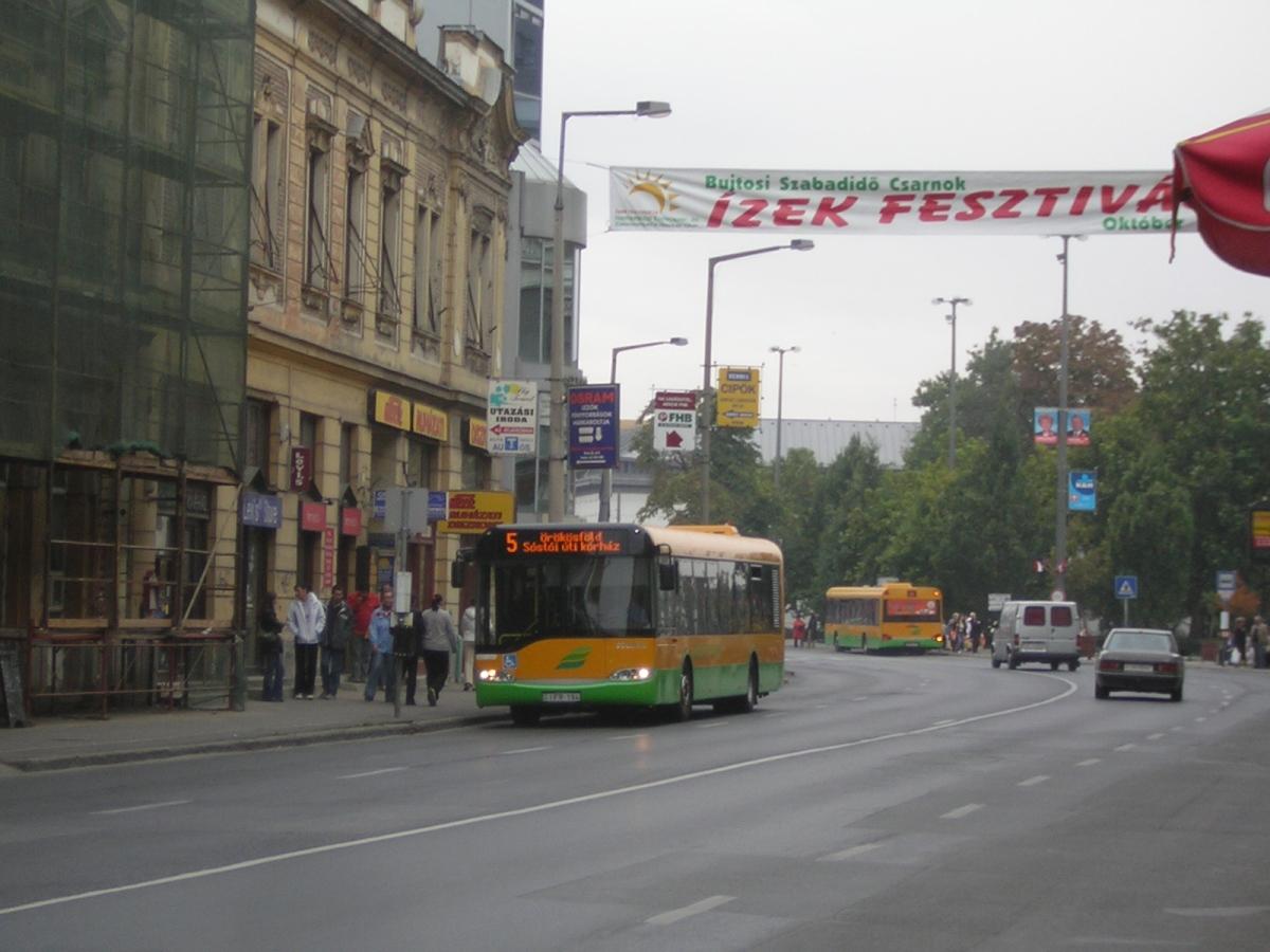 Buszok a Dózsa György út sétáló utcává alakított szakaszán. 2006.10.21. Kakukktojás 1.