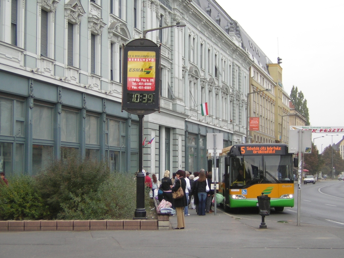 Buszok a Dózsa György út sétáló utcává alakított szakaszán. 2006.10.21. Kakukktojás 2.