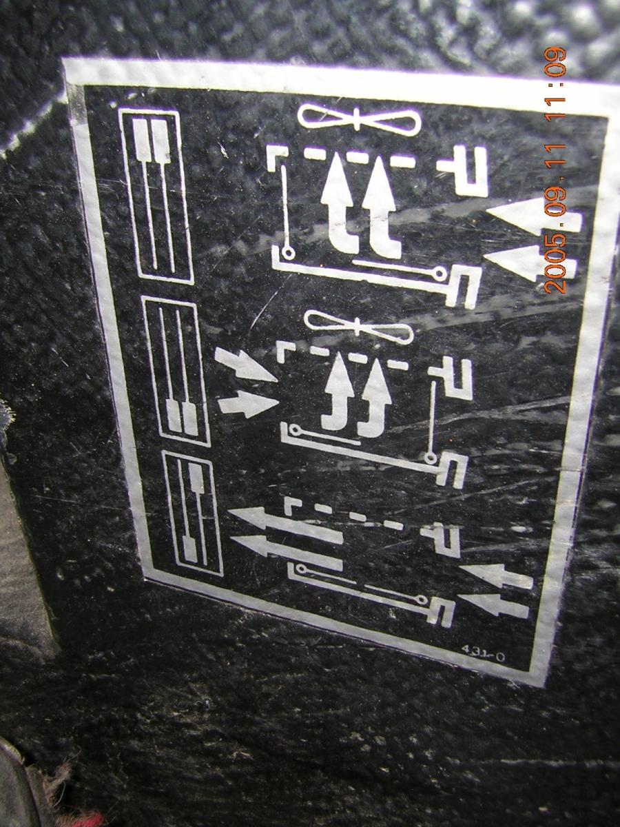 Egy ép 431-0 jelű tábla a vezető jobb lába mellett
