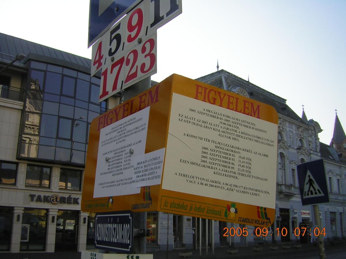 Tájékoztató forgalomváltozásról az egykori Kossuth tér buszmegállóban, régi Szabolcsos logóval.