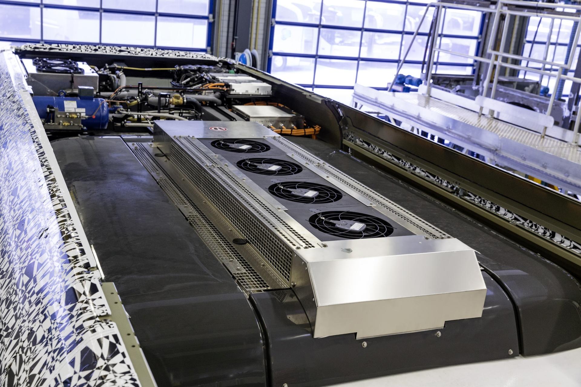 A hőszivattyú mögött a hűtőközeg tartálya és az akkuhűtő, balra a hőszivattyú kompresszor teljesítmény elektronikája, egészen hátul bal oldalt pedig az egész hűtési rendszer tágulási tartálya. (Kép: Daimler)
