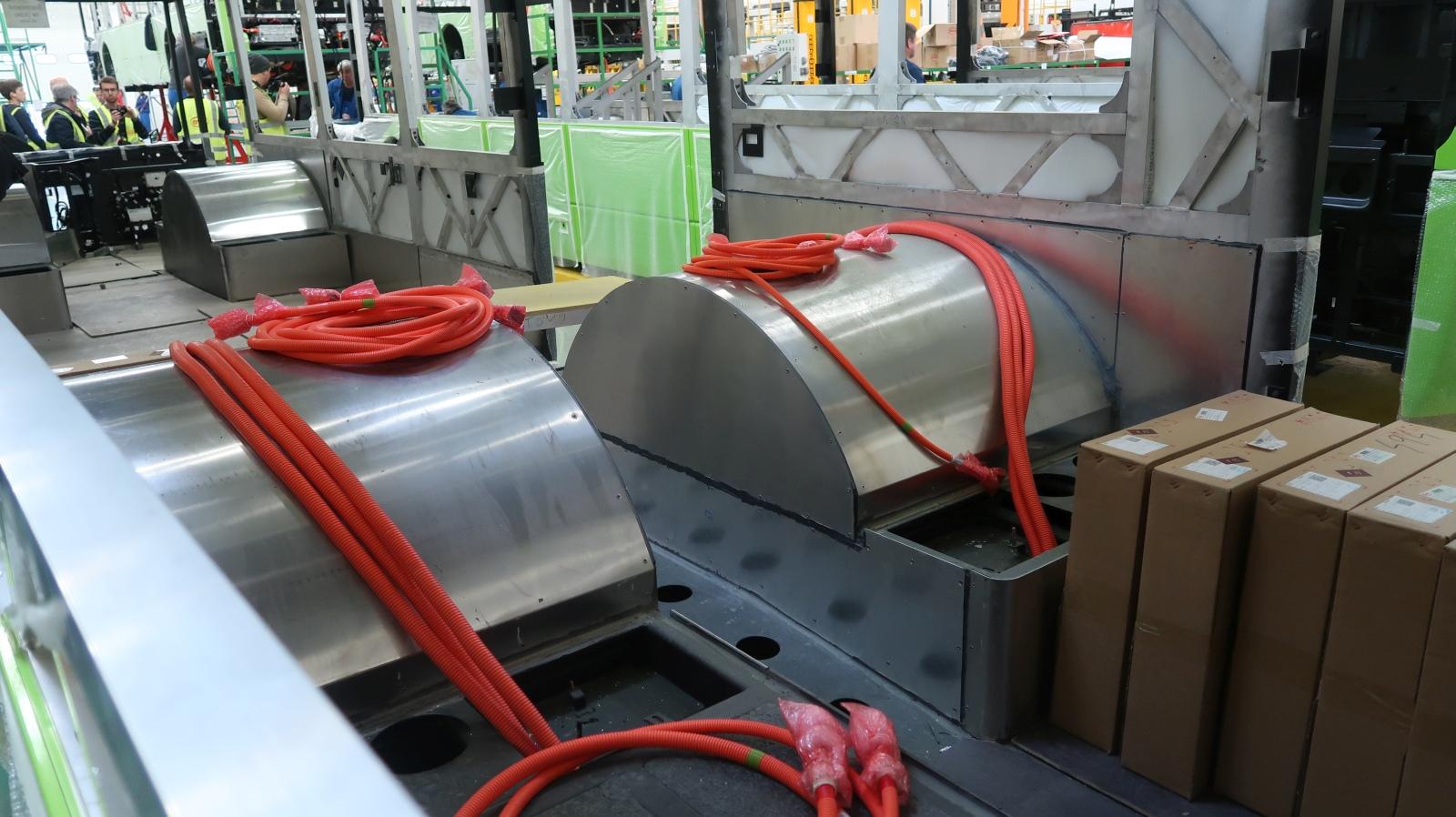 A kerékagymotoros tengelyhez az erősáramú kábelek bekötése