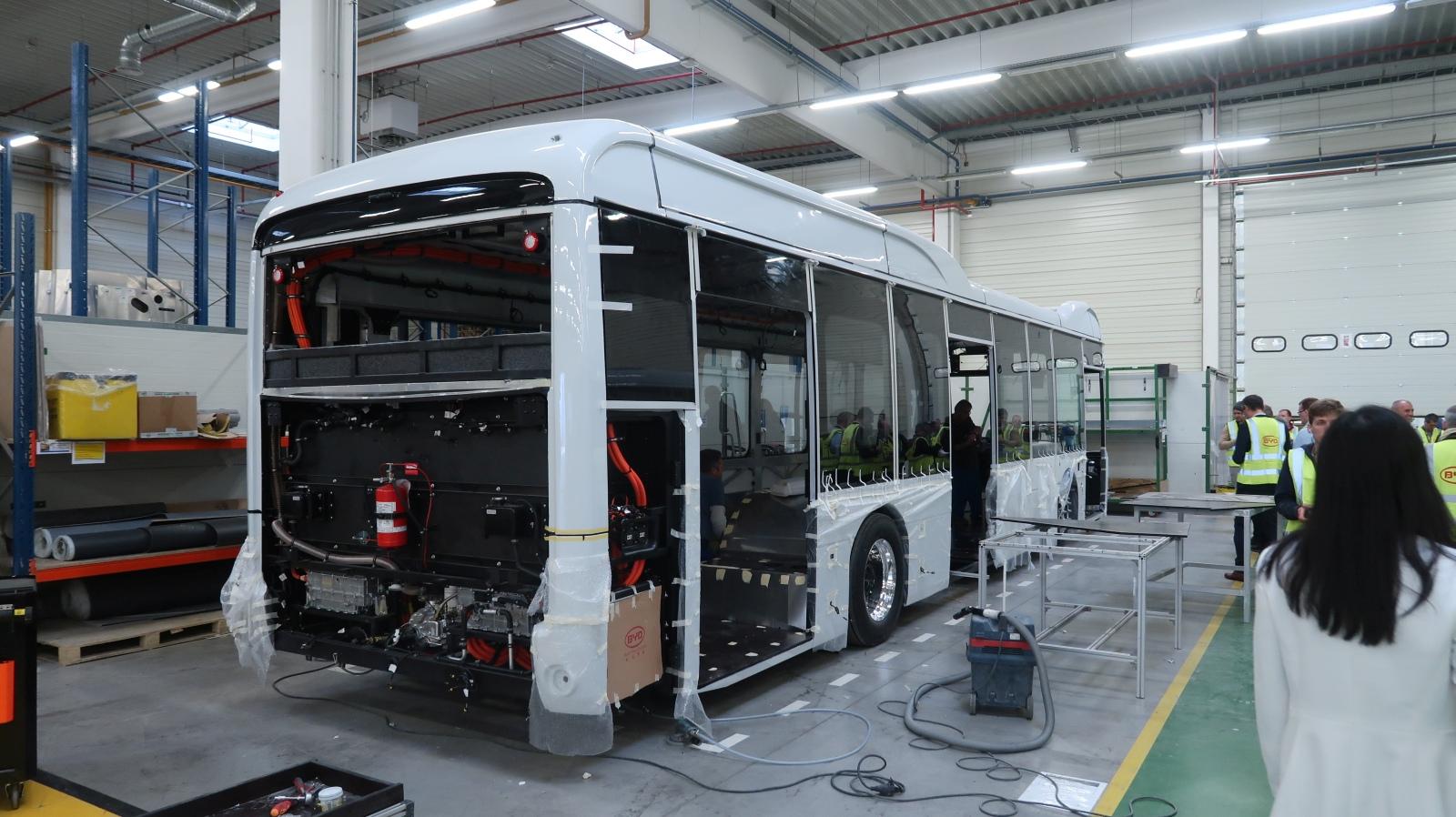 A fehér buszok a brüsszeli reptérnek készülnek