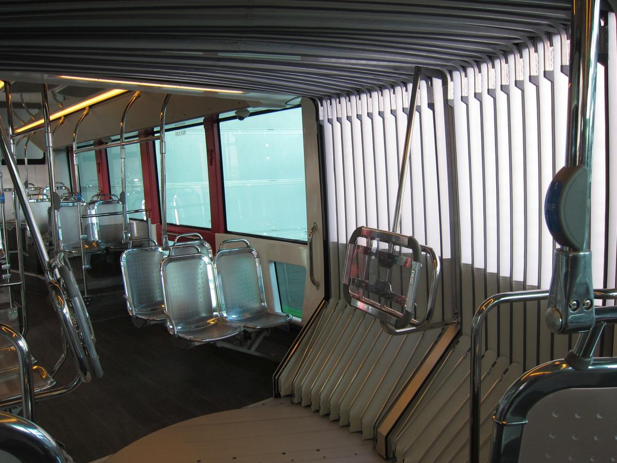Irizar ie tram. Tolócsuklós, ennek ellenére a csuklót övező vázszerkezet szokatlanul picit nyúlik be az utastérbe. Valamit kitaláltak.