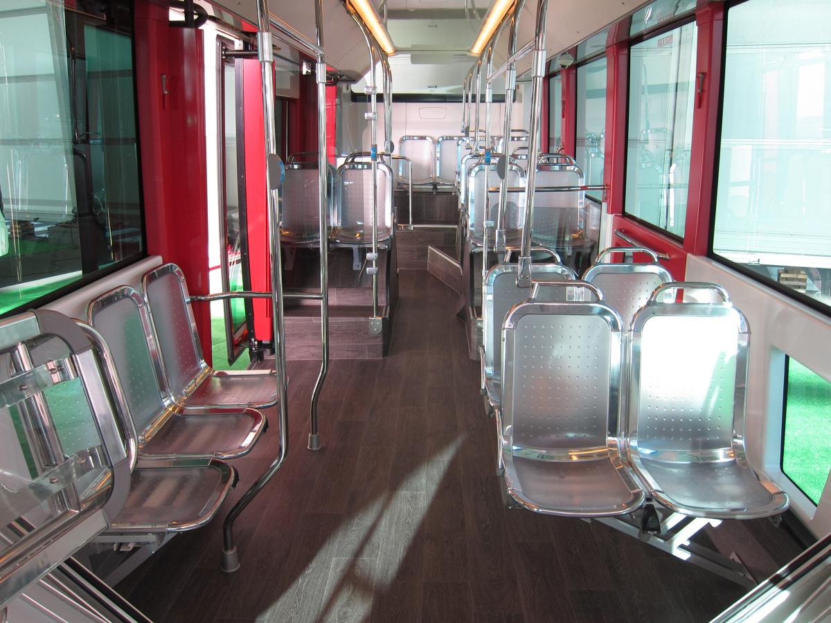 Irizar ie tram. Peron hátul is, szellős utastér, sok ülés, minimális holttér. Jár az öt csillag.