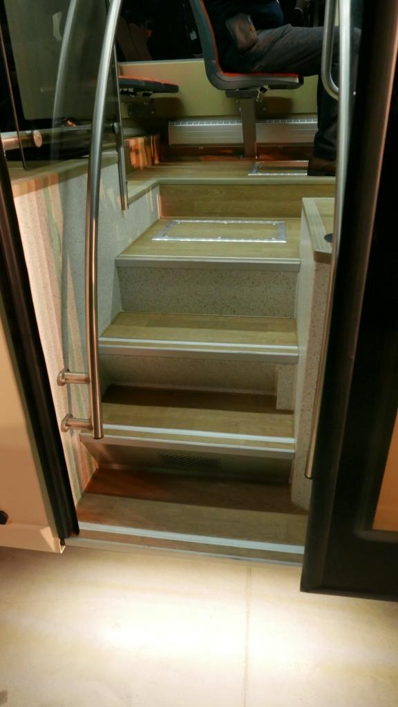 A harmadik ajtó. A lépcső sehogy sincs megvilágítva. Csökkentett utastér világítással ez probléma.
