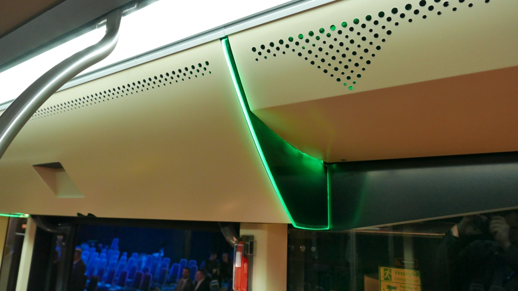 A második és harmadik ajtó fölötti LED-csíkok.