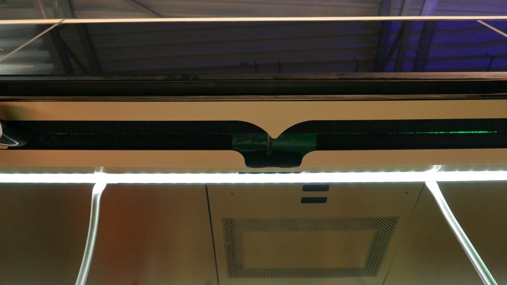 Igényes a lengő-sikló ajtók mozgatószerkezetét takaró fésűs megoldás. Csak kevesen veszik a fáradtságot a beépítésére.