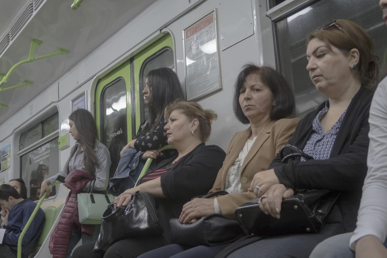 pont ilyen nyomasztó arcok ülnek a metrón pesten is
