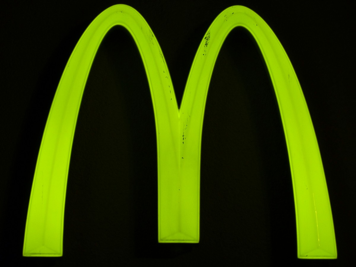 shield_advertising_sign_neon_sign_advertising_mcdonalds_neon_green_green_neon-1019101.jpg