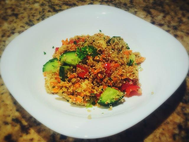 Zöldséges-kecskesajtos quinoa