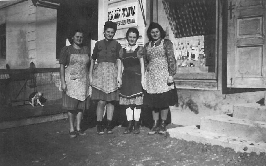 A kép hátoldalán olvasható: Biró Jolánka, Hamza Mariska, Májer Ilonka, Göndör Mariska<br />