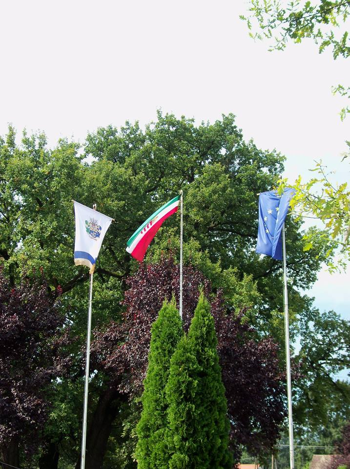 2016 falunap: felvont zászlók, az emlékfák alatt üstben készül a sok finomság<br />