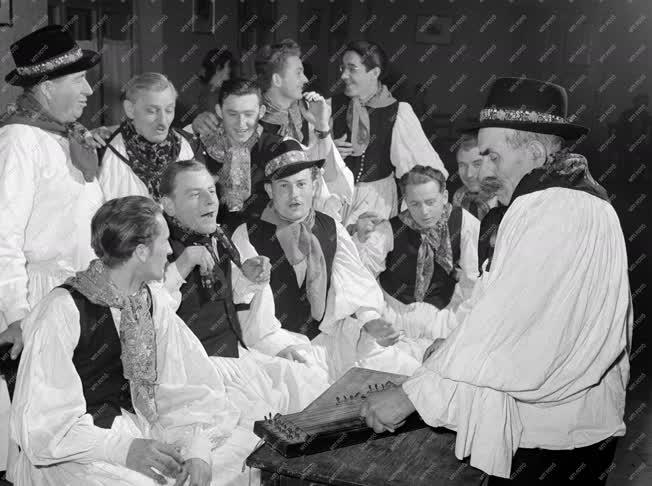 Vajszló, 1960. február 1. A vajszlói művészegyüttes a Játszós-ból gyakorol az Ormánsági lakodalmas című előadás énekpróbáján. Az együttes a darabot felszabadulásunk 15. évfordulója alkalmából meghirdetett ifjúsági seregszemlén mutatja be először. MTI Fotó: Bereth Ferenc