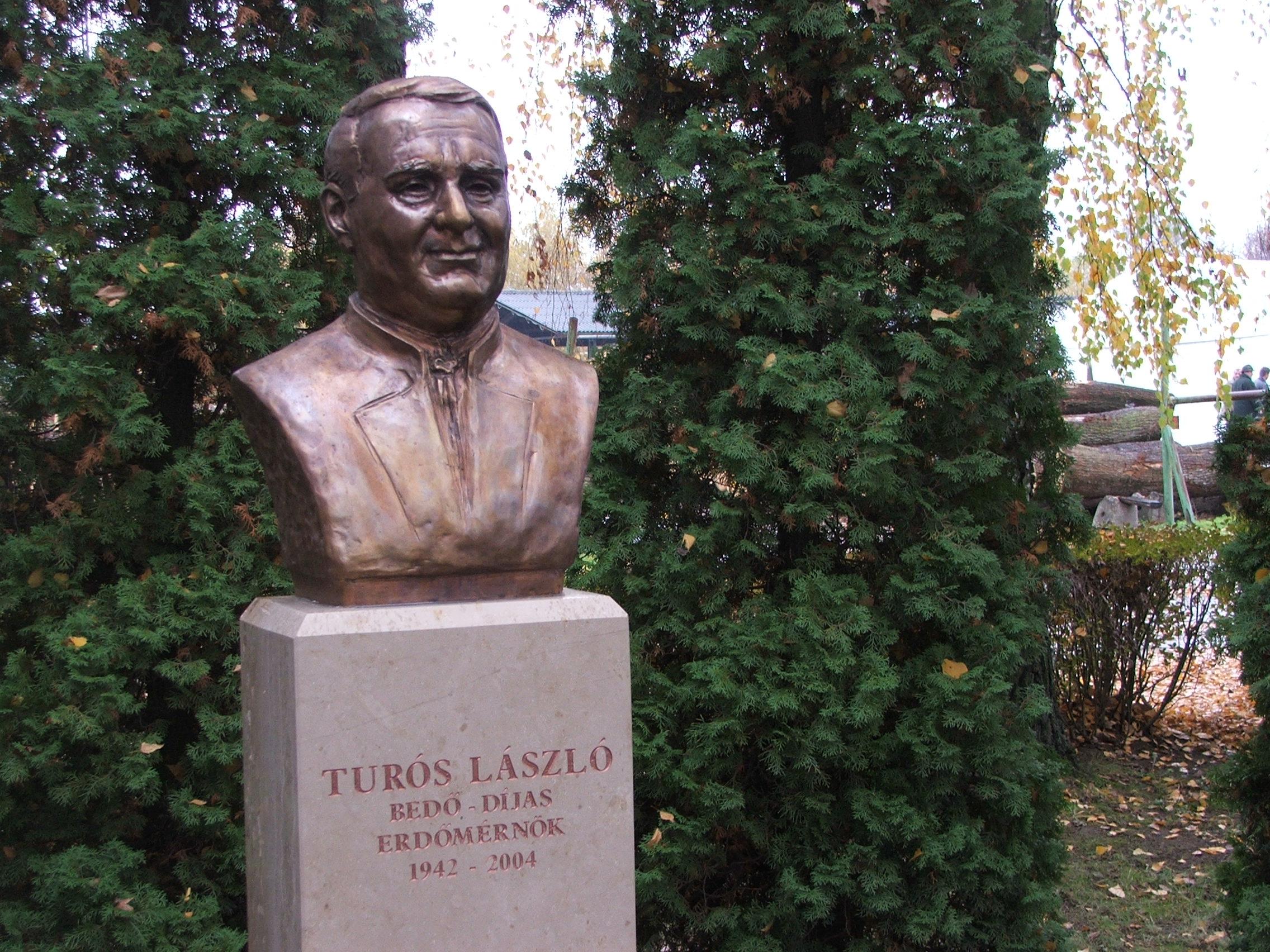 Turós László szobra Vajszlón