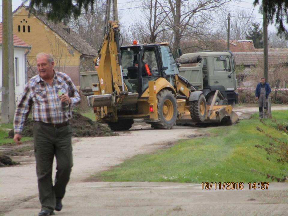Az Égett utcában zajló építkezésnél a polgármester minőségellenözést tart..
