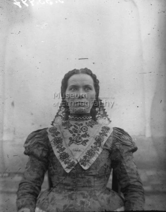 Páprádi fiatal nő<br />Vajszló, 1910-es évek<br /><br />ff., üvegnegatív, 13x18 cm