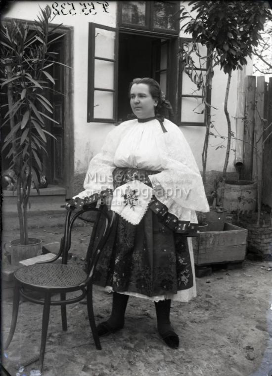 Fiatalasszony Páprádról<br />Vajszló, 1910-es évek<br /><br />ff., üvegnegatív, 13x18 cm