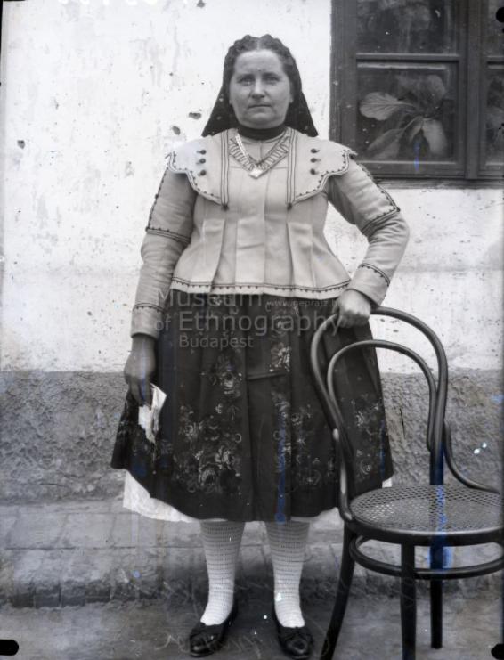 Páprádi biklás menyecske főkötőben<br />Vajszló, 1910-es évek<br />ff., üvegnegatív, 6x9 cm<br />