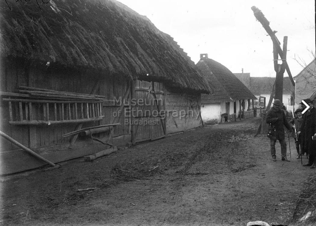 Udvarrészlet<br />Vajszló, 1910<br />Deszkaoldalú pajta, a pajta oldalára létrás szekéroldal van akasztva, előtte rögtörő, gémeskút.<br />ff., üvegnegatív, 9x12 cm