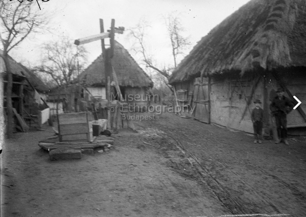 Udvarrészlet-<br />Fából épült pajta, gémeskút.<br />Vajszló, 1910<br />ff., üvegnegatív, 9x12 cm<br />