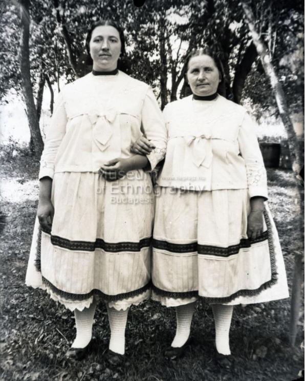Két lány biklában<br />Vajszló, 1910-es évek<br />ff., üvegnegatív, 9x12 cm