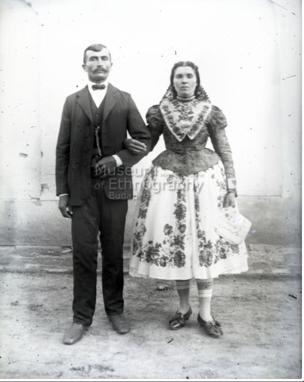 Fiatal pár, a menyecske biklában, főkötőben<br />Vajszló, 1910-es évek<br />ff., üvegnegatív, 9x12 cm