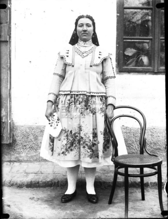 Menyecske biklában, bütyökös harisnyában, főkötőben<br />Vajszló, 1910-es évek<br /><br />ff., üvegnegatív, 9x12 cm