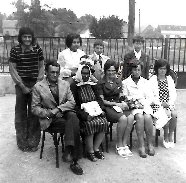 Az 1975-ben ballagók, szüleikkel.