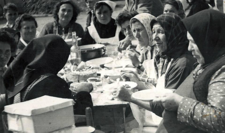 Fodor Ilonka lakodalma (?)<br />Kis Gál Lajosné, Szata Józsefné, Szata Margit, Szántics Jánosné, Szabó Józsefné, Joó Sándorné Herendi Mária....<br />
