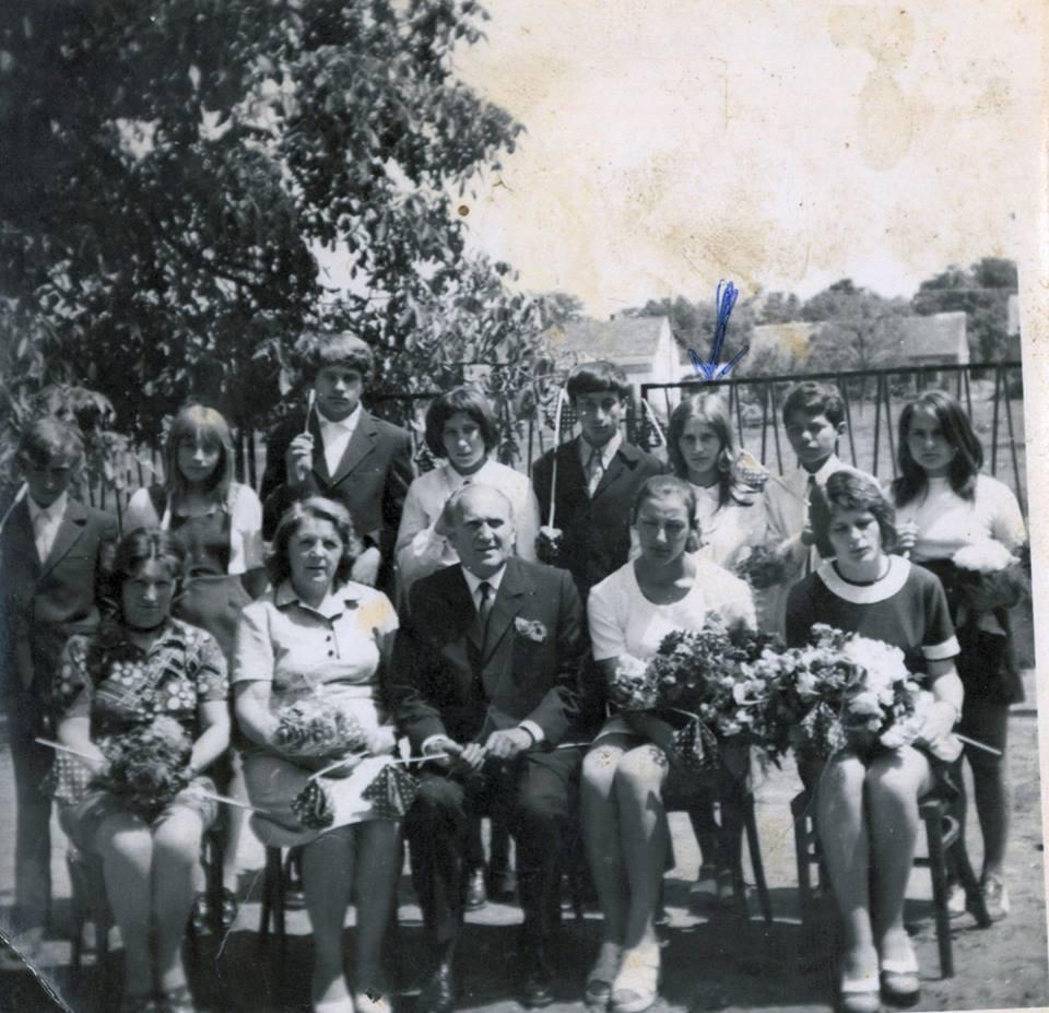 1974, zalátai ballagás<br /><br />Felső sor:<br />Büki Gyula, Csincsa Mária, Tóth Csaba, Biró Éva, Szigeti Tibor, Valtner Julianna, Balázs Tibor, Mosolygó Bori<br />Alsó sor: <br />Vántus Mihályné, Kapes Ottóné, Kapes Ottó, Molnár Katalin, Kapes Klára<br /><br />Köszönet a beküldőnek, Valter Juliannának!
