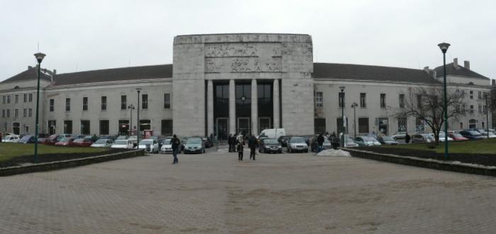1. kép A győri pályaudvar homlokzati képe a Honvéd liget tér felől [a szerző felvétele].jpg