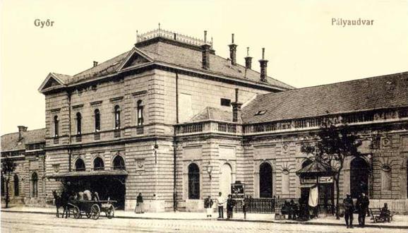 2. kép Pfaff Ferenc 1898-ban kibővített állomás épülete az utca felől, a két világháború közötti időszakban. Győri képeslap. [forrás Almási Zoltán gyűjteménye].jpg