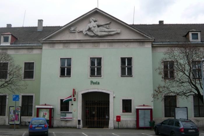 5. kép A Vas Dénes tervezte vasútállomáshoz csatlakozó posta épülete. 2010-ben részleges felújításra került [fotó HG].jpg