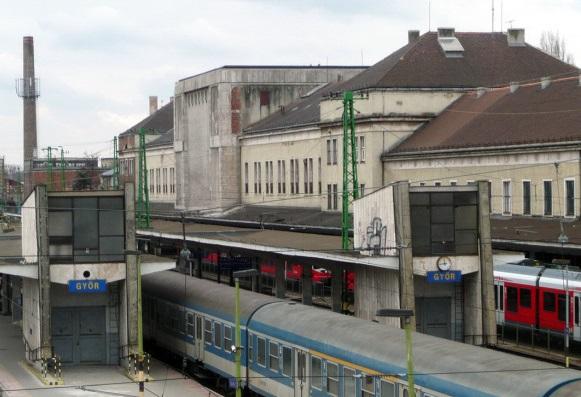 8. kép A vasútállomás vágányok felöli oldala, a két teherlifttet rejtő építménnyel [fotó HG].jpg