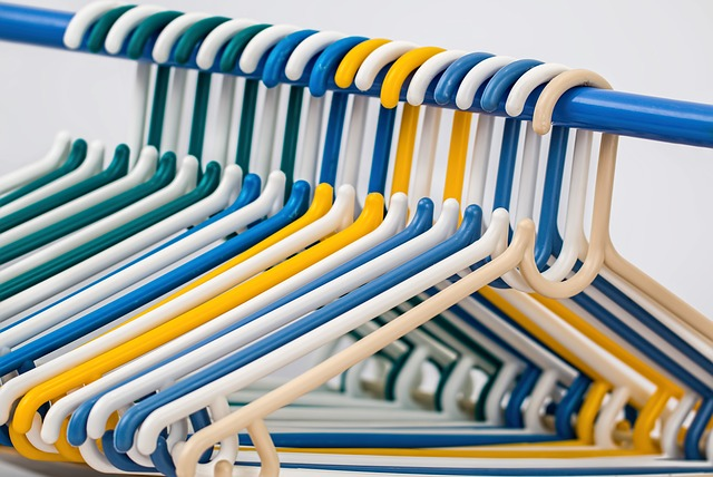 clothes-hangers-582212_640.jpg